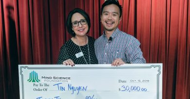 Mind Science Foundation executive director Meriam Good awards BrainStorm winner Tin Nguyen $30,000. Photo credit Startups San Antonio